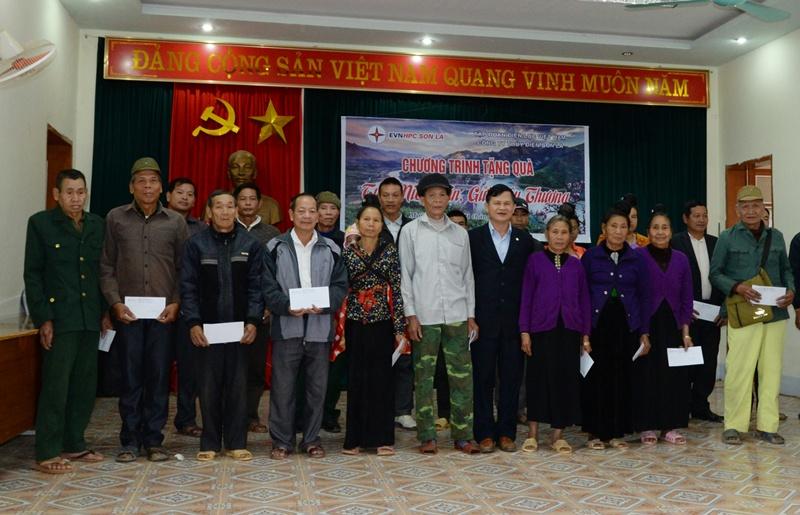 Thủy điện Sơn La tặng 200 suất quà cho gia đình khó khăn 2