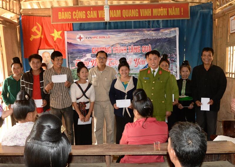 Thủy điện Sơn La tặng 200 suất quà cho gia đình khó khăn 3