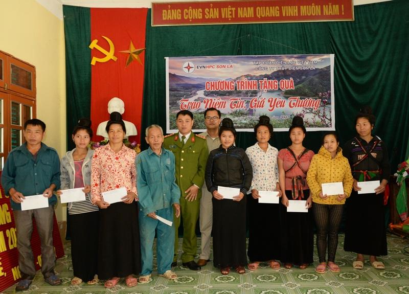 Thủy điện Sơn La tặng 200 suất quà cho gia đình khó khăn 4