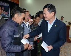 Thủy điện Sơn La tặng 200 suất quà cho gia đình khó khăn