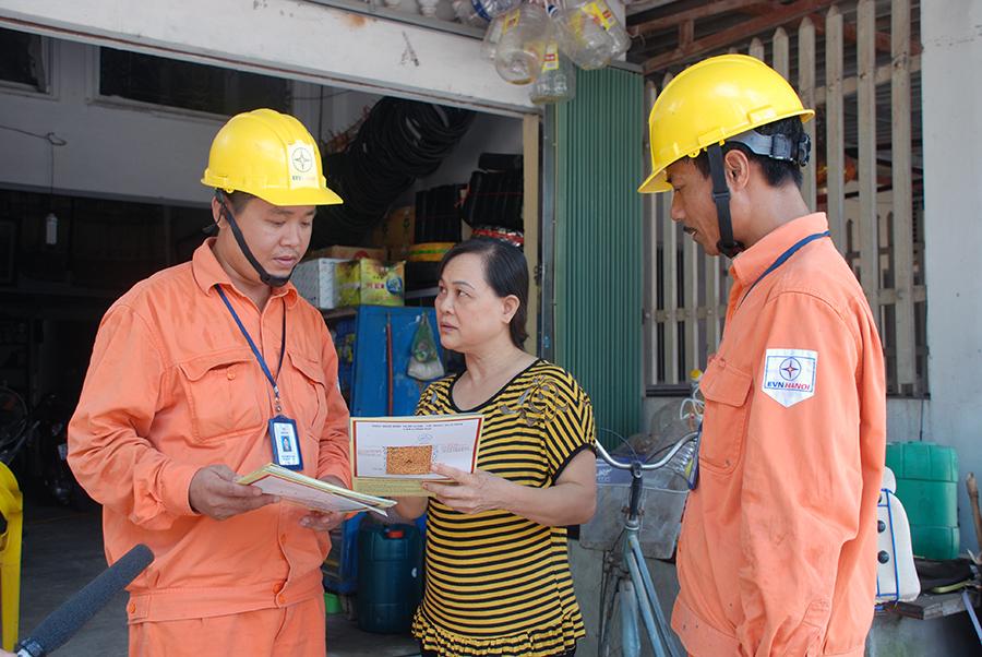 EVNHANOI tăng cường kiểm tra an toàn lưới điện dịp Tết