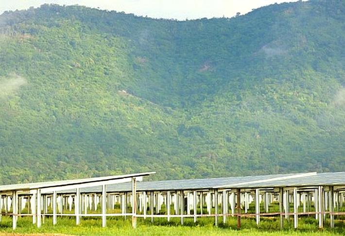 Kỳ 'quang' điện mặt trời dưới chân núi Cấm