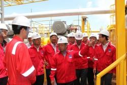 Lãnh đạo PVN chúc Tết trên giàn khoan dầu khí