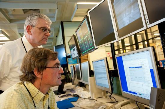 Tiến sĩ Romanelli (đứng sau) cùng đồng nghiệp nghiên cứu công nghệ lò phản ứng tổng hợp nhiệt hạch.