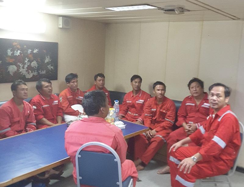 Mỏ Đại Hùng cứu nạn thành công 8 ngư dân bị chìm tàu 2