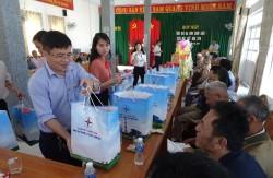 Nhiệt điện Vĩnh Tân trao quà tết cho các gia đình chính sách xã Vĩnh Tân