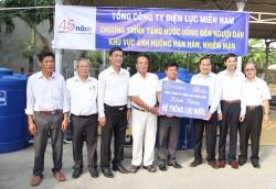 EVNSPC tặng máy lọc nước cho người dân vùng hạn mặn