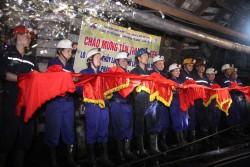 Than Mông Dương đón tấn than đầu tiên tại lò chợ giá xích