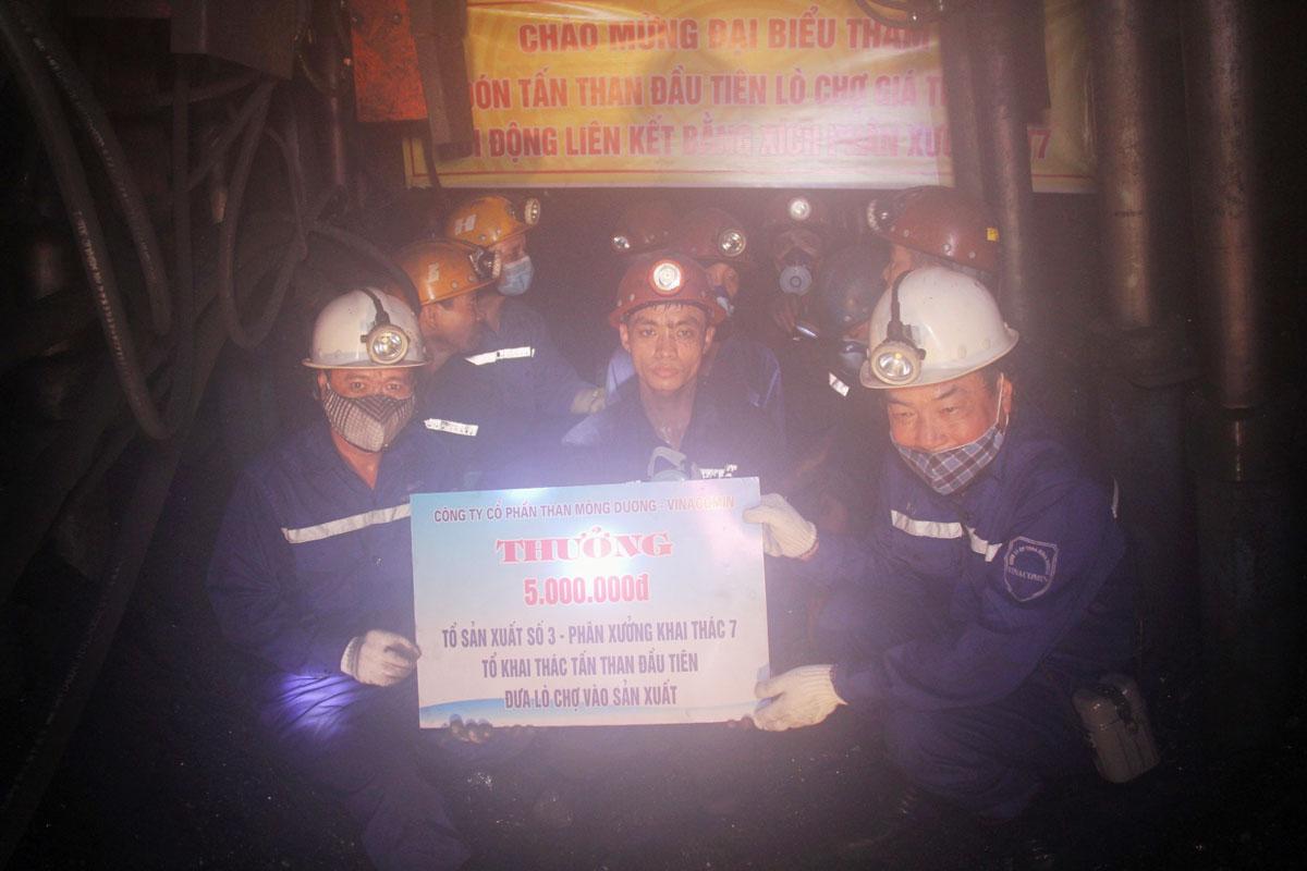 Than Mông Dương: Đón tấn than đầu tiên tại lò chợ giá xích ZH1800/16/24ZL