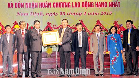 Đồng chí Chủ tịch UBND tỉnh trao Huân chương Lao động hạng Nhất cho Cty Điện lực Nam Định.