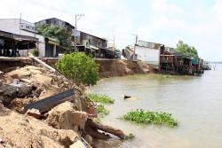 Khắc phục sạt lở bờ sông Vàm Nao (An Giang)