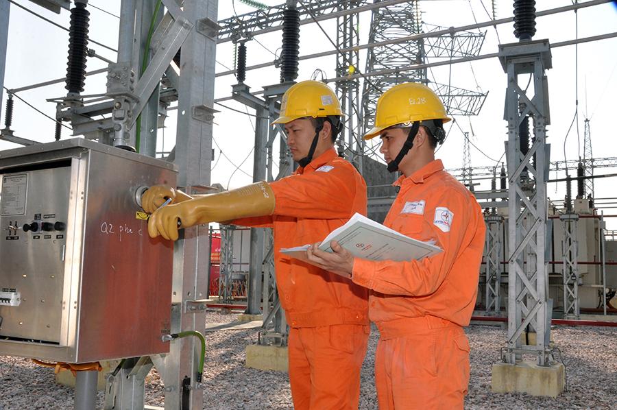 EVNHANOI tăng cường kiểm tra cấp điện dịp 30/4 và 1/5 1