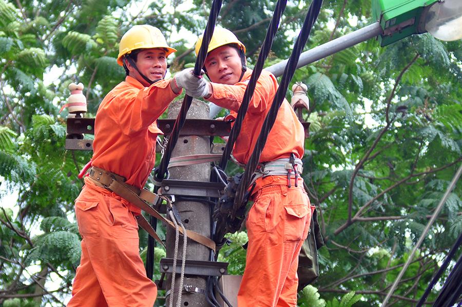 EVNHANOI tăng cường kiểm tra cấp điện dịp 30/4 và 1/5 2