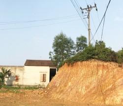 Hà Tĩnh: Cột điện có nguy cơ mất an toàn sau khai thác đất