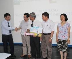 Tặng sách tuyên truyền điện hạt nhân cho các trường học tại Hà Nội