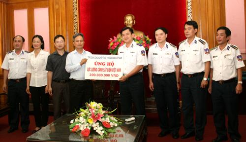 Tặng quà  cho lực lượng Cảnh sát biển VN.