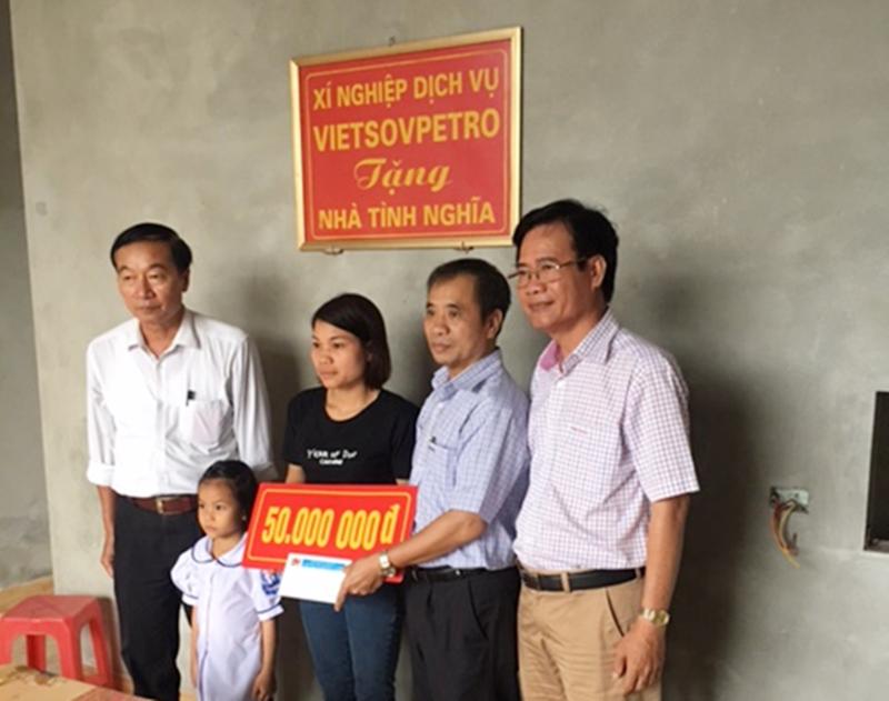 Xí nghiệp dịch vụ Vietsovpetro trao nhà tình nghĩa tại Ninh Bình