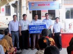 EVNGENCO 3 tặng bồn chứa nước giúp người dân chống hạn
