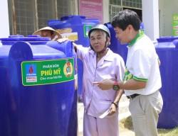 Công đoàn PVFCCo tặng bồn nước cho bà con vùng hạn mặn Bến Tre