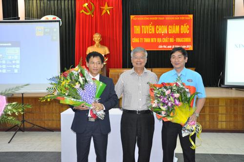 Chủ tịch HĐTV Trần Xuân Hoà tặng hoa hai ứng viên