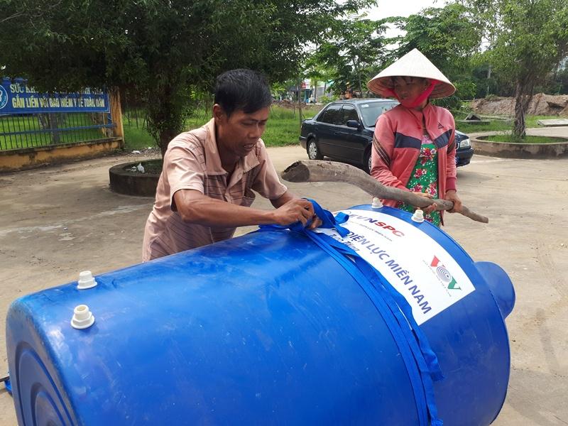 EVN SPC tặng bồn chứa nước cho hộ nghèo tại Long An 1