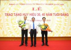 Đảng ủy EVNNPT trao tặng Huy hiệu 30, 40 năm tuổi Đảng