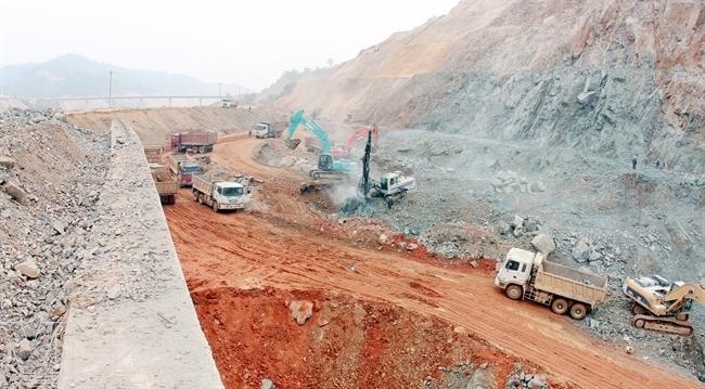 Bức tường thành dày bằng be tông ngăn cách công trình với dòng sông Đà bên ngoài