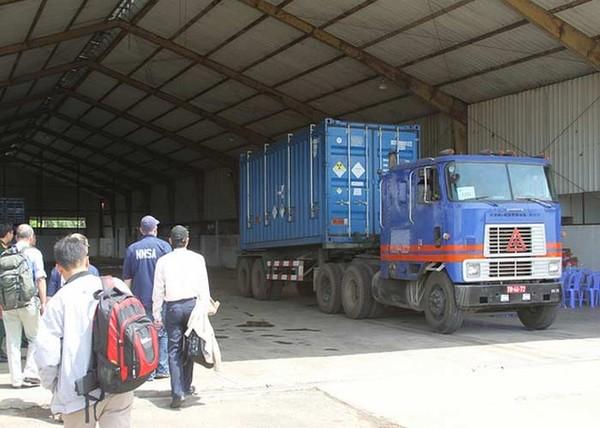 Hành trình của đoàn xe kết thúc khi nhiên liệu hạt nhân được chuyển tới sân bay quân sự.