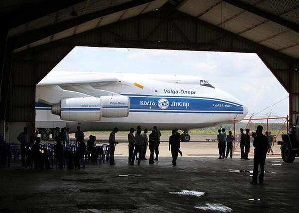 Hình ảnh chuyên cơ vận tải AN có mặt để nhận lô hàng nhiên liệu hạt nhân của Việt Nam.