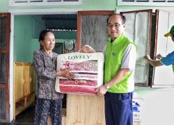 Doosan Vina hỗ trợ người già neo đơn và gia đình khó khăn