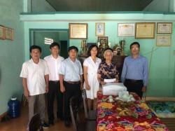 Công đoàn EVNCHP tặng quà mẹ Việt Nam Anh hùng