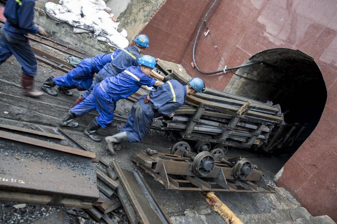 Chúng tôi vào lò tại cửa +13, đây là lò nghiêng theo độ dốc vừa phải để thợ mỏ đi bộ vào, ra, hoặc đấy xe goòng chở theo dụng cụ lao động hoặc xà, vỉ sắt chống lò.