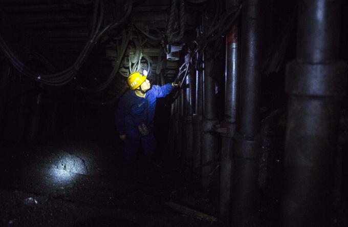 Anh Nam cho biết ngày công của thợ mỏ là 800 ngàn đồng, nếu làm ca 3 sẽ được nhân với hệ số 1,3. Nhiều công nhân lao động vượt mức trung bình 22 ngày công, có người làm tới 26-27 ngày công/tháng.
