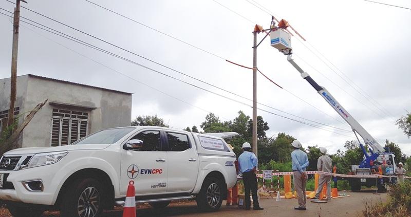 EVNCPC áp dụng thành công công nghệ sửa chữa điện nóng 1