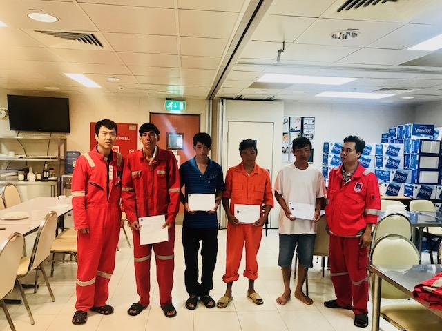 Giàn PQP-HT cứu giúp 4 ngư dân gặp nạn trên biển 2