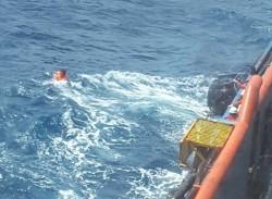 Giàn PQP-HT cứu giúp 4 ngư dân gặp nạn trên biển