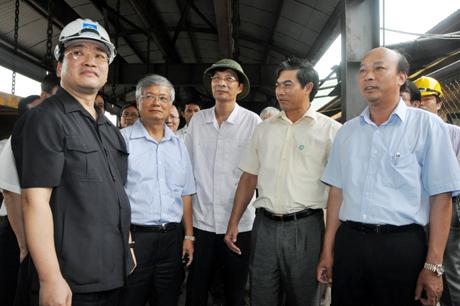 Phó Thủ tướng Hoàng Trung Hải thăm hệ thống mororay vận chuyển người và thiết bị vào lò Công ty Than Nam Mẫu