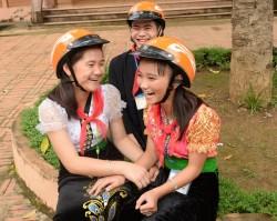 Thủy điện Sơn La tặng mũ bảo hiểm cho học sinh