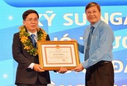 Ks. Bùi Đức Thịnh (PTC4) được trao giải thưởng Tôn Đức Thắng