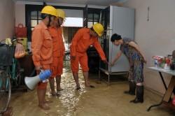 Thợ điện Thủ đô trực cùng người dân bị ngập do mưa lớn