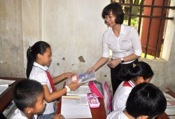 EVNHANOI trao 50 nghìn vở mới cho học sinh khó khăn ở Thủ đô