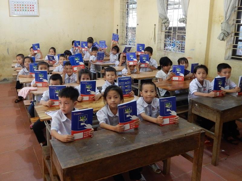 EVNHANOI trao 50 nghìn vở mới cho học sinh khó khăn ở Thủ đô 1