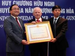 Trao Huy chương Hữu nghị cho chuyên gia quốc tế ngành điện