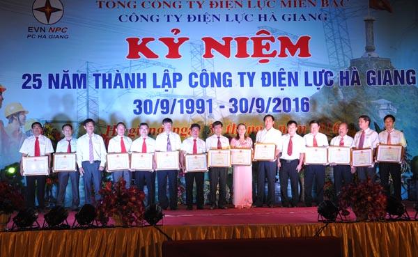 Thừa ủy quyền của Tập đoàn Điện lực Việt Nam, lãnh đạo Công ty Điện lực Hà Giang trao Bằng khen cá nhân có thành tích xuất sắc.