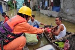 EVN HANOI hỗ trợ người dân vùng ngập úng