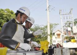 """""""Ngỡ ngàng"""" trước phương pháp sửa chữa điện của EVNHANOI"""