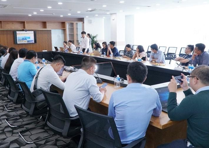Các nhà đầu tư làm việc với Công ty Nhiệt điện Vĩnh Tân