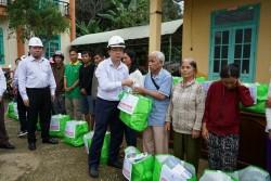 Tổng giám đốc EVNNPT tặng quà cho người dân miền Trung bị ảnh hưởng mưa lũ