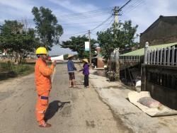 PC Hà Tĩnh đến từng hộ dân khuyến cáo an toàn điện sau mưa lũ