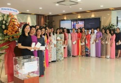 Nữ CBCNV EVNGENCO3 quyên góp ủng hộ miền Trung vượt qua mưa lũ